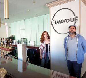 L'Inavoué, tel est le nouveau nom du Cottage. Tel était également le rêve de Stéphane Tassoni, lorsque ce jeune quadragénaire rachetait l'Hôtel Normandy et son bar-restaurant l'an dernier. «J'avais envie de moderniser le café, les derniers travaux remontant à 15 ans, mais de garder l'esprit lounge», résume-t-il. Le 25mars, la responsable d'exploitation, Mathilde Egrix, et lui-même mettaient la main à la pâte pour deux mois de travaux sous le patronage d'Amélie Collard, architecte du cabinet Terre de Brume. Exit la moquette so British et les fauteuils de lords, place à une brasserie lumineuse, moderne, aux teintes vert d'Egypte et Argile de Chypre! Plus de lumière, d'espace et 70couverts. «Nous souhaitons attirer davantage les 30-45 ans, notamment grâce au brunch le dimanche», s'enthousiasme M.Tassoni, «mais aussi les familles, ainsi nous avons installé deux coins enfants». Réouverture prévue mi-juin. 1 avenue Pierre Mendès-France 02 32 51 97 97
