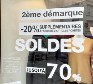 Chez Un Jour Ailleurs, rue Saint-Jacques, les prix chutent comme les températures.